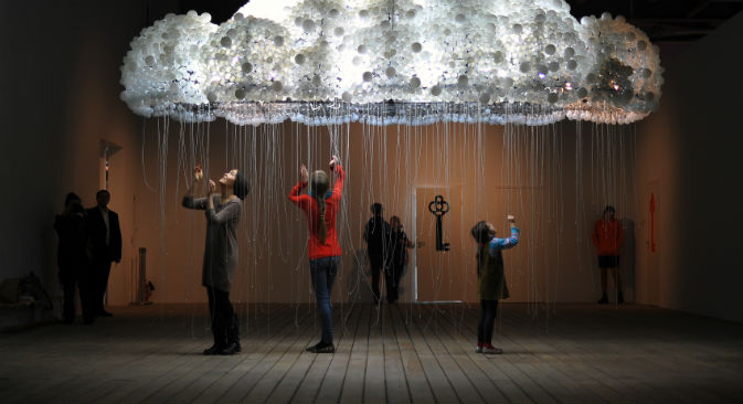Visitatori in una galleria d'arte contemporanea di Mosca (Foto: Ramil Sitdikov / Ria Novosti)