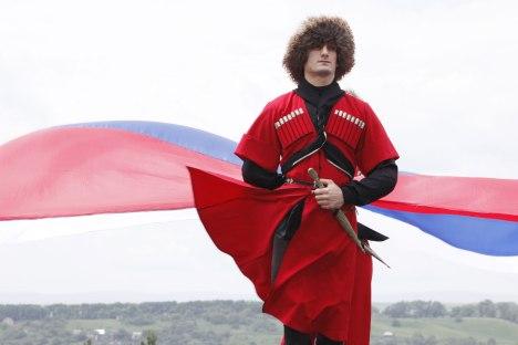 """Uno degli abiti maschili più comuni è il pastrano circasso, comunemente chiamato """"cherkeska"""" (Foto: Ria Novosti)"""