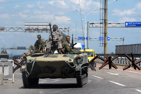 Uomini armati pattugliano le strade (Foto: Ria Novosti)