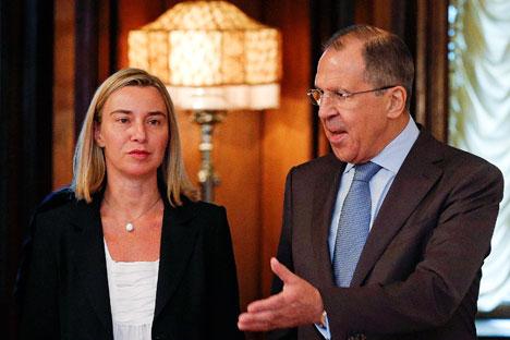 Il ministro degli Esteri italiano Federica Mogherini insieme al collega russo Sergei Lavrov (Foto: Reuters)