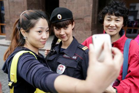 Autoscatto con una poliziotta del servizio Turismo (Foto: Itar Tass)