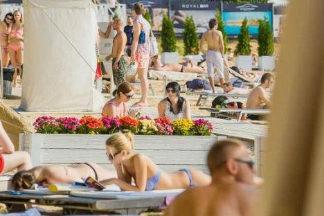 Dalla piscina alla sabbia, il Beach Club di Mosca è solo uno dei tanti luoghi dove trovare ristoro nel caldo estivo della capitale (Foto: ufficio stampa)