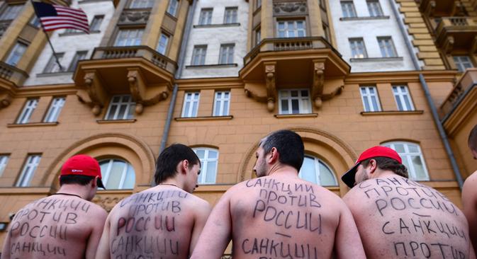 """""""Le sanzioni contro la Russia sono sanzioni contro di me"""". Una manifestazione di protesta all'ambasciata degli Usa a Mosca dello scorso marzo. (Foto: RIA Novosti / Evgeny Biyatov)"""