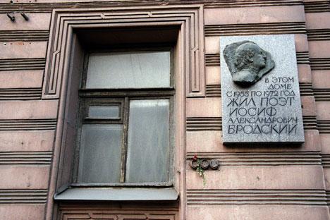 Una targa all'esterno della casa dove Brodskij visse a San Pietroburgo (Foto: PhotoXPress)