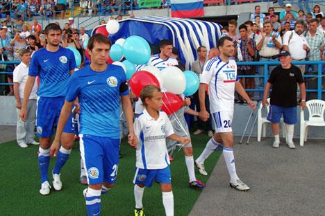 I giocatori del TSK Simferopol scendono in campo per il match contro la squadra FK SKChF, Club sportivo della flotta del mar Nero (Foto: Ria Novosti)