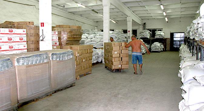 I pacchi con gli aiuti umanitari destinati alla popolazione di Lugansk (Foto: AFP / East News)