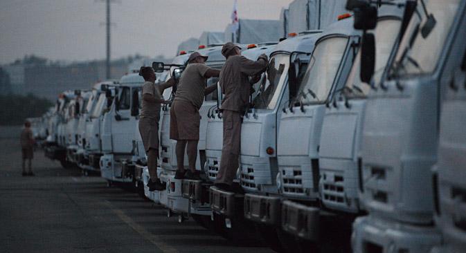Le colonne di veicoli sono composte da 280 camion che portano cibo, medicamenti e acqua potabile ai bisognosi in Ucraina (Foto: Maksim Blinov / Ria Novosti)