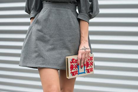 La modella Dasha Zarivnaya con una borsa di Ulyana Sergeenko durante la Paris Fashion Week del 2013 (Foto: Getty Images / Fotobank)
