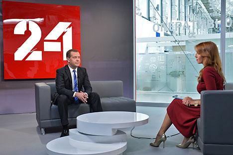 Il premier russo Dmitri Medvedev durante un'intervista all'Expo Center nel Parco Olimpico di Sochi (Foto: Aleksandr Astafyev / RIA Novosti)