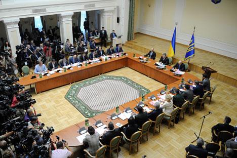Alla riunione del Consiglio dei Ministri dell'Ucraina, il presidente Poroshenko ha dichiarato di essere disposto a riconoscere maggiori autonomie alle regioni dell'est (Foto: Reuters)