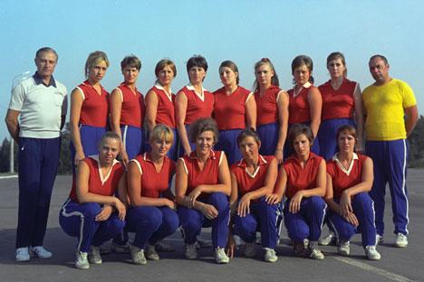La nazionale sovietica di pallavolo con Roza Salikhova (Foto: Doliagyn / Ria Novosti)