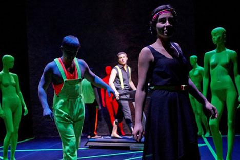 I ragazzi della compagnia sul palco durante uno spettacolo (Foto: S. Petrov / theatreofnations.ru)