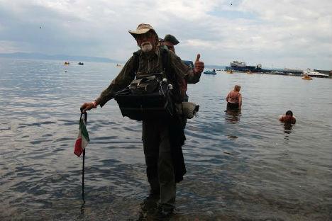 Pier Luigi Delvigo, 67 anni, ha attraversato a piedi tutta la Russia. In questa foto, lo vediamo con i piedi a bagno nel pacifico a Vladivostok (Foto: archivio personale)