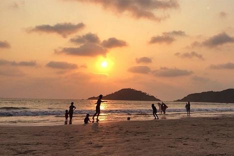 Turisti sulla spiaggia di Goa, sulla costa occidentale dell'India (Foto: Roman Kiselev / RBTH)