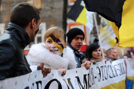 Giovani in corteo nella Marcia russa (Foto: Anton Novodriochkin/TASS)