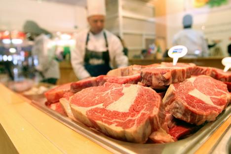 Le forniture di prodotti caseari non lavorati in Russia sarebbero crollate del 26% così me quelle della carne, mentre le forniture di prodotti ittici sarebbero diminuite del 48%, di ortaggi dello 0,2% e di frutta dell'8% (Foto: Photoshot/Vostock-Photo)