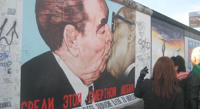 Il murales di Dmitrij Vrubel che ritrae il bacio tra Leonid Brezhnev e Erich Honecker (Foto: Yuri Paniev)