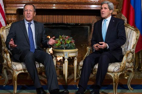 Il ministro russo degli Esteri, Sergei Lavrov (a sinistra) e il segretario di Stato Usa John Kerry (Foto: AP)