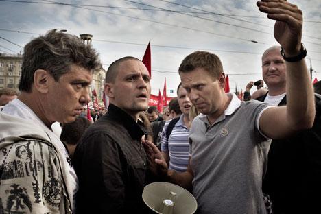 Da sinistra, Boris Nemtsov, Sergei Udaltsov e Aleksei Navalnij durante una manifestazione di protesta (Foto: Yuri Kozyrev / NOOR)