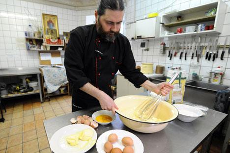 Uno dei monaci all'opera in cucina (Foto: Sergei Pyatakov/ Ria Novosti)