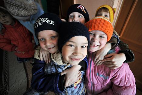 Negli orfanotrofi il ruolo dei genitori e dei parenti viene spesso assunto dai volontari. In Russia ci sono dei programmi che aiutano i bambini senza famiglia a socializzare (Foto: Vladimir Pesnya / Ria Novosti)