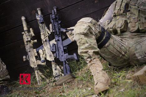 """Il nuovo brand della linea di fucili da combattimento """"Kalashnikov"""" ha subito cambiamenti significativi: la silhouette stilizzata """"Ak"""" è stata sostituita dalla lettera """"K"""", raffigurata su fondo rosso (Foto: Rostech)"""