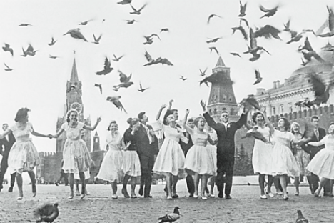 Giovani laureati in Piazza Rossa a Mosca nell'ultimo giorno di lezioni (Foto: Vladimir Lagrangh / Tass)