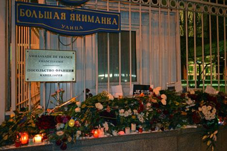 Fiori e candele davanti all'ambasciata francese a Mosca (Foto: Flora Mussa/Rbth)