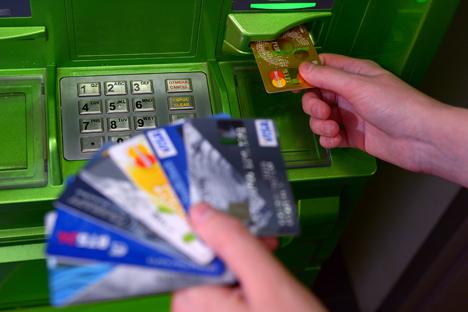 Il problema del funzionamento dei circuiti di pagamento internazionale in Russia era diventato attuale nel marzo 2014 quando Visa e MasterCard, attuando le clausole previste dalle sanzioni, avevano sospeso i propri servizi di pagamento in una serie di banche (Foto: Vladimir Trefilov / Ria Novosti)