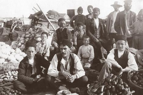 Foto d'epoca che ritrae una famiglia di tatari di Crimea (Foto: ufficio stampa)