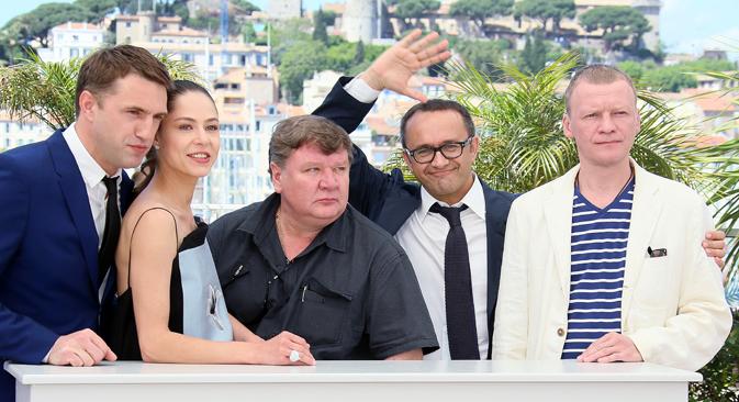 Da sinistra, gli attori Vladimir Vdovichenkov, Elena Lyadova, Roman Madyanov, il regista Andrei Zvyagintsev e l'attore Alexei Serebryakov al Festival di Cannes (Foto: Denis Makarenko / RIA Novosti)