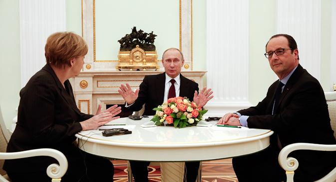 Il Presidente russo Vladimir Putin, al centro, a colloquio con la cancelliera tedesca Angela Merkel e il Presidente francese Francois Hollande (Foto: Reuters)