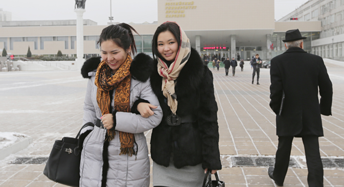 Studentesse davanti all'Università RUDN di Mosca (Foto: Artem Geodakyan / Tass)