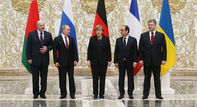 Da sinistra, il Presidente della Bielorussia Aleksandr Lukashenko, il Presidente russo Vladimir Putin, la cancelliera tedesca Angela Merkel, il Presidente francese Francois Hollande e il Presidente ucraino Petro Poroshenko, riunitisi a Minsk per cercare un accordo sulla questione ucraina (Foto: Konstantín Zavrazhin / Rossiyskaya Gazeta)