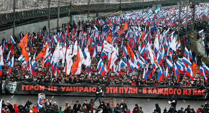 La marcia in memoria di Boris Nemtsov, organizzata a Mosca a poche ore dall'uccisione dell'esponente politico (Foto: AP)
