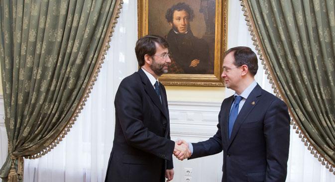 Il ministro italiano Dario Franceschini, a sinistra, stringe la mano al collega russo Vladimir Medinsky (Foto: ufficio stampa)