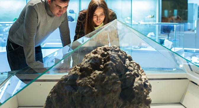 Un frammento del meteorite esposto (Foto: Tass)