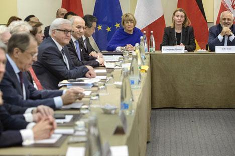"""Da sinistra, John Kerry, Philip Hammond, Sergey Lavrov, Frank Walter Steinmeier, Laurent Fabius, Wang Yi durante i negoziati di Losanna tra l'Iran e il gruppo dei """"sei"""" (Foto: AP)"""