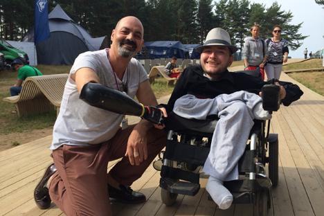 Valery Spiridonov, a destra, soffre da sempre di atrofia muscolare ed è condannato a vivere su una sedia a rotelle. Potrebbe sottoporsi al primo trapianto di testa proposto dal neurochirurgo italiano Sergio Canavero (Foto: archivio personale)