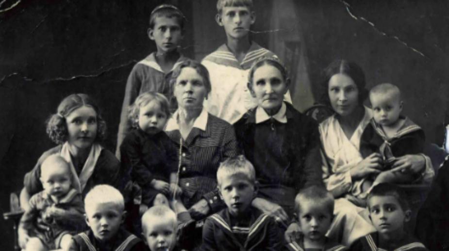 Stepan Sosnin in braccio alla nonna (al centro) insieme alla famiglia (Foto: archivio personale)