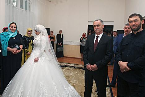 Il matrimonio tra la giovane Kheda Goylabieva, 17 anni, e il capo del distretto locale di polizia, Nazhud Guchigov, di 30 anni più vecchio, celebrato a Grozny, capitale della Cecenia (Foto: AP)