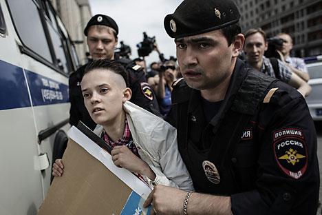 La polizia ferma un attivista durante una manifestazione non autorizzata nel centro di Mosca (Foto: Andrei Stenin / RIA Novosti)