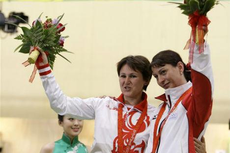 Natalia Paderina e Nino Salukvadze sul podio ai Giochi di Pechino 2008 (Foto: Wikipedia)