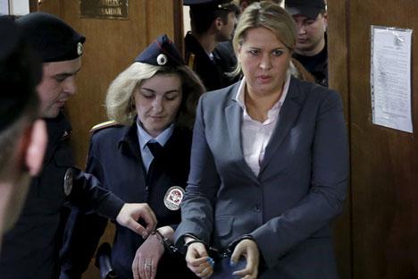 L'ex dirigente del dipartimento dei rapporti di proprietà del Ministero della Difesa, Evgenya Vasileva, ha ottenuto una condanna a 5 anni da scontare in una colonia penale, mentre i suoi quattro complici sono stati condannati dai tre anni e mezzo ai quattro di pena detentiva (Foto: Reuters)