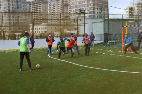 """Giovani in campo, nell'ambito del programma """"Football for Friendship"""" di Gazprom (Foto: ufficio stampa)"""