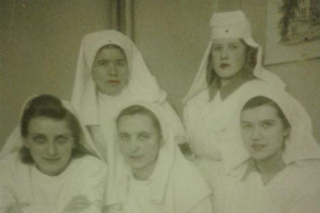 Rosa Ivanova (la prima in basso a sinistra) al lavoro nell'ospedale di Leningrado (Foto: archivio personale)