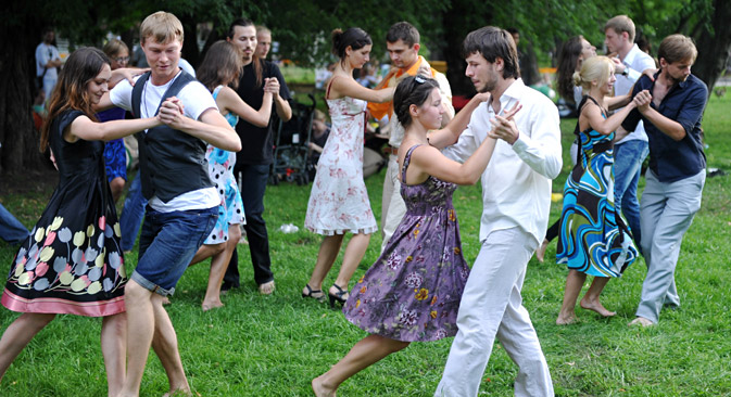 Balli di coppia al Gorky Park di Mosca (Foto: Aleksandr Utkin / RIA Novosti)