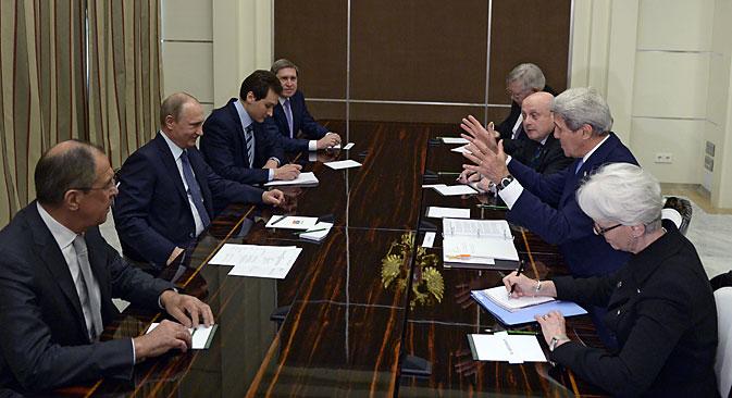 Il segretario di Stato americano John Kerry a Sochi per incontrare il Presidente russo Vladimir Putin e il ministro russo degli Esteri Sergei Lavrov (Foto: EPA)