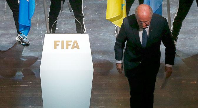 Il presidente della Fifa Joseph Blatter lascia il palco dopo un lungo discorso al 65esimo congresso della Federazione internazionale di calcio a Zurigo, in Svizzera (Foto: Reuters)