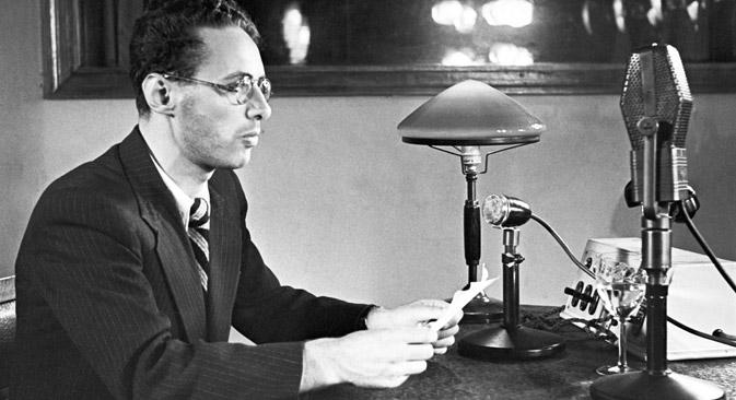 Yuri Levitan al lavoro, Mosca, 1941 (Foto: Itar-Tass)